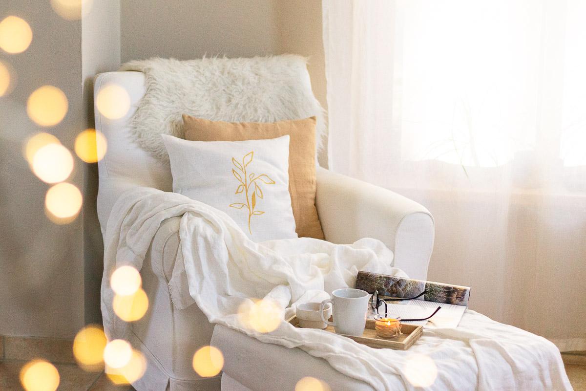 herbstlich dekorieren mit Kissen, Decken und Lichtern