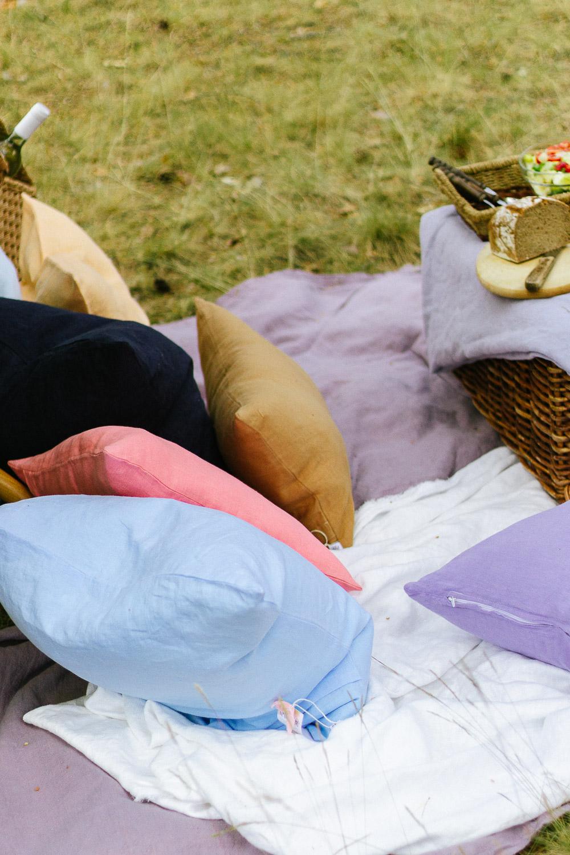 Sommerpicknick mit Kissen und Decken aus Leinen
